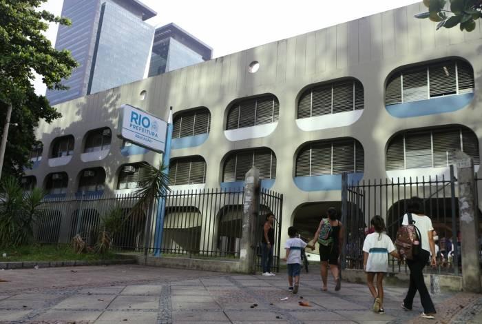 Ciep José Pedro Varela barrou acesso, mas cerca nos fundos é precária