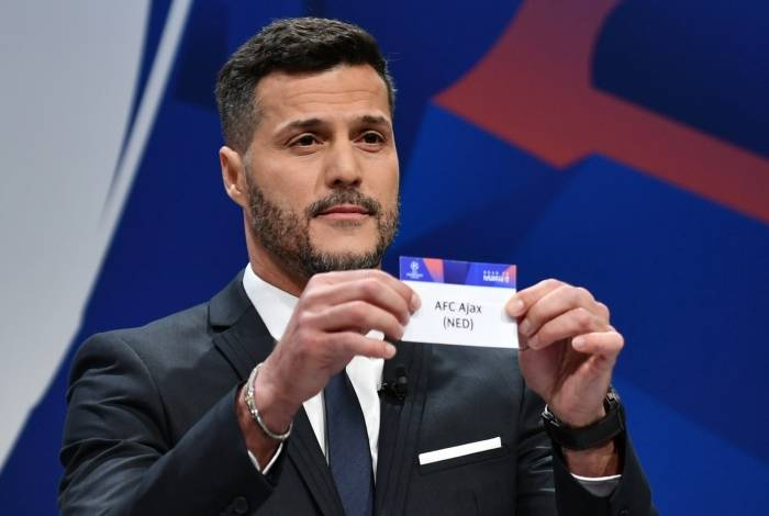 UEFA champions league ambassador and former Brazilian goalkeeper Julio Cesar shows the name of Ajax football club during the draw for the Champions league quarter-final draw, on March 15, 2019 in Nyon. (Photo by Fabrice COFFRINI / AFP)