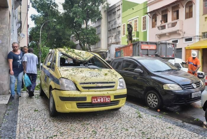 Rio,16/03/2019 -Queda de Ã.rvore no Centro - Queda de árvore na Rua Ubaldino do Amaral, Centro do Rio de Janeiro.Foto: Armando Paiva/ Agência O Dia  Cidade, Ã.rvore, Taxi atingido