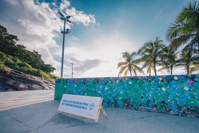 Praia em Ipanema, no Rio de Janeiro, amanhece bloqueada por muro de lixo