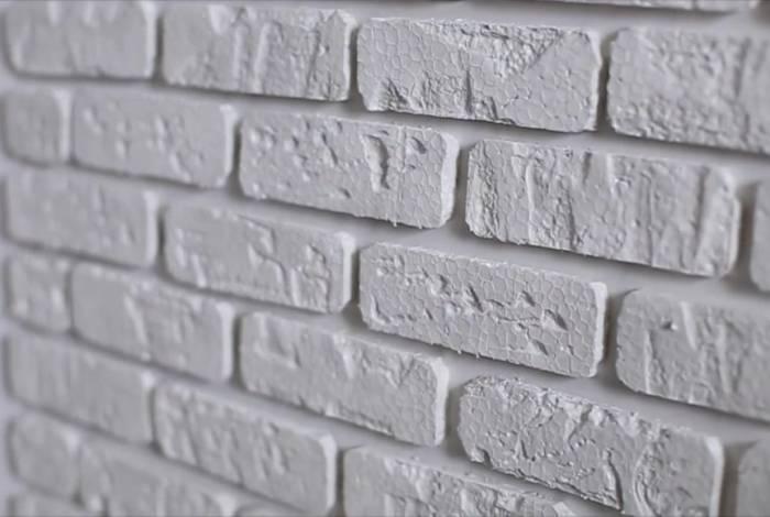 Parede de tijolinhos foi feita com isopor. Foram feitos cortes para dar efeito próximo ao real