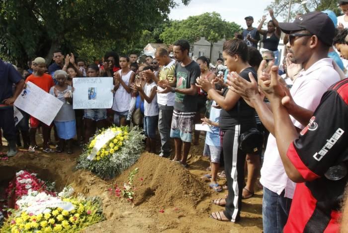 Familiares levaram faixas e cartazes para o cemitério de Nilópolis. Após enterro, houve protesto