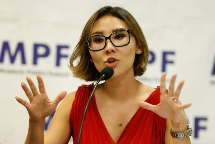 A procuradora Fabiana Schneider. em entrevista coletiva à imprensa