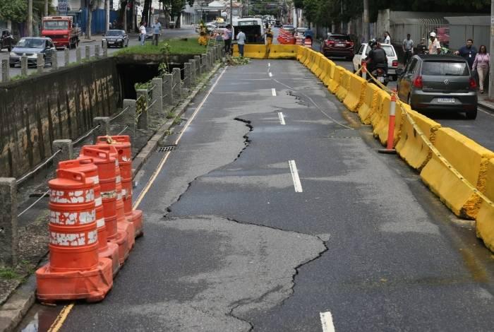 Motoristas temem que a pista seja dividida e tombe para o rio