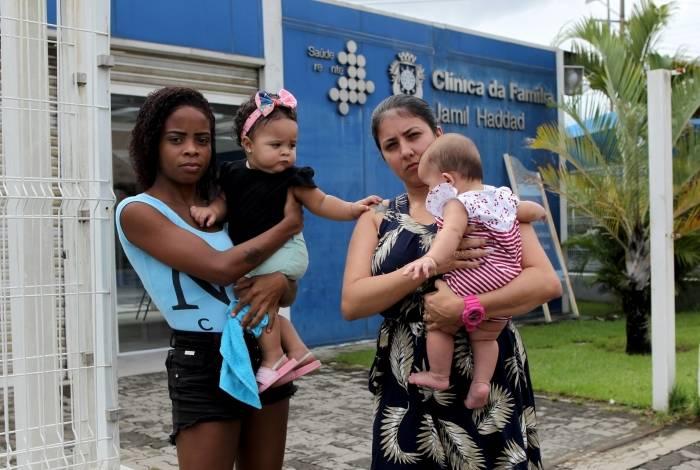 Aline Lugon e Mariana se sentem prejudicadas, já que não sabem as chances de seus bebês terem seis tipos de doenças. Fizeram teste do pezinho, mas nada do resultado