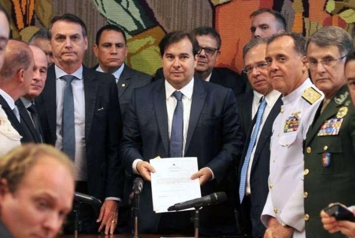 O presidente Jair Bolsonaro entrega a proposta de reforma da Previdência dos militares ao presidente da Câmara dos Deputados, Rodrigo Maia.