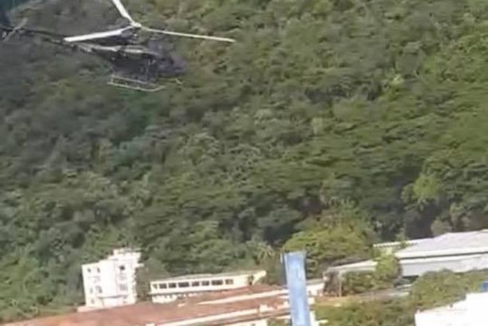 Helicóptero durante operação no Morro do Borel