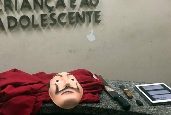 Na casa do jovem, foram apreendidos facão e uma máscara