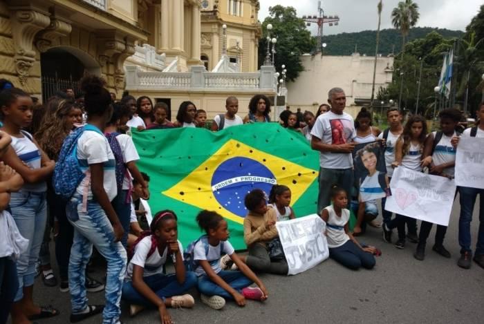 Manifestação foi feito em frente ao Palácio Guanabara