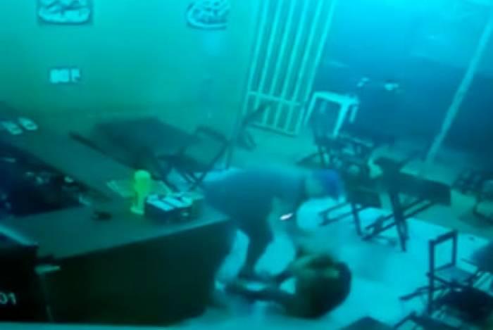 Agressões foram registradas por uma câmera de segurança do local