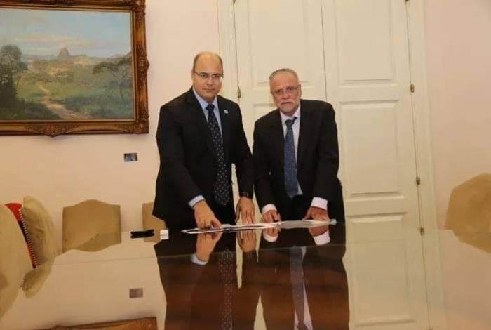 O governador do Rio, Wilson Witzel (à esquerda), com o presidente da Cedae, Helio Cabral