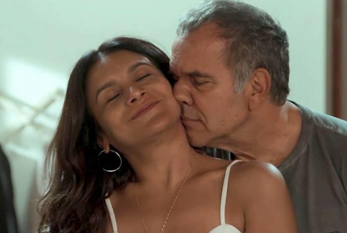Humberto Martins com Dira Paes em cena da novela 'Verão 90'