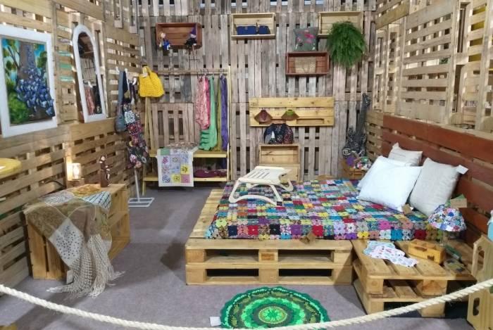 A Casa Ecológica foi uma das atrações da 13ª edição da feira Rio Artes Manuais. Foram quatro cômodos com móveis feitos de pallet e decoração toda em artesanato