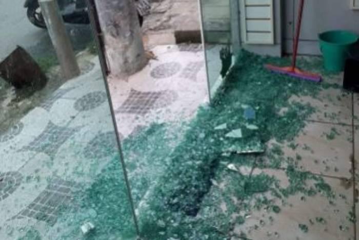 Atingido por tiro, vidro de loja foi destruído durante o confronto nesta sexta-feira