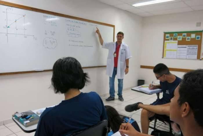Professor formado em Letras dando aula