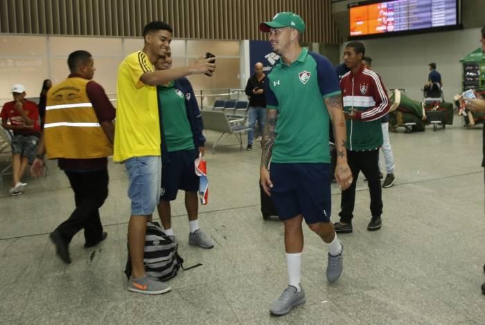 Jogadores do Fluminense desembarcam no Rio após longa viagem