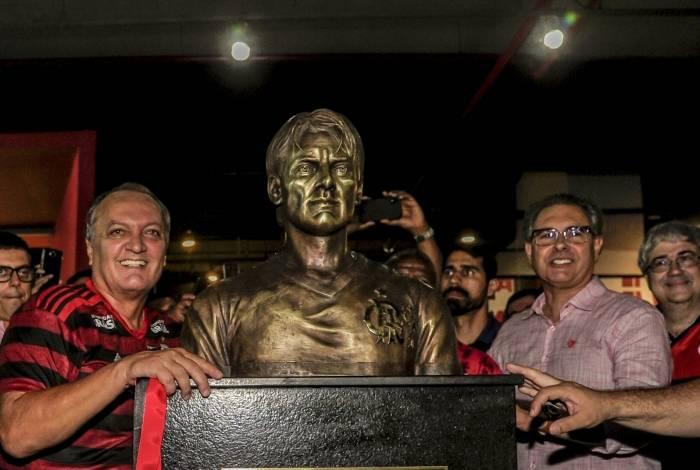 Leandro posa ao lado do busto em sua homenagem