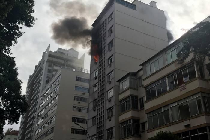 Incêndio atingiu prédio localizado na Rua Barata Ribeiro, em Copacabana