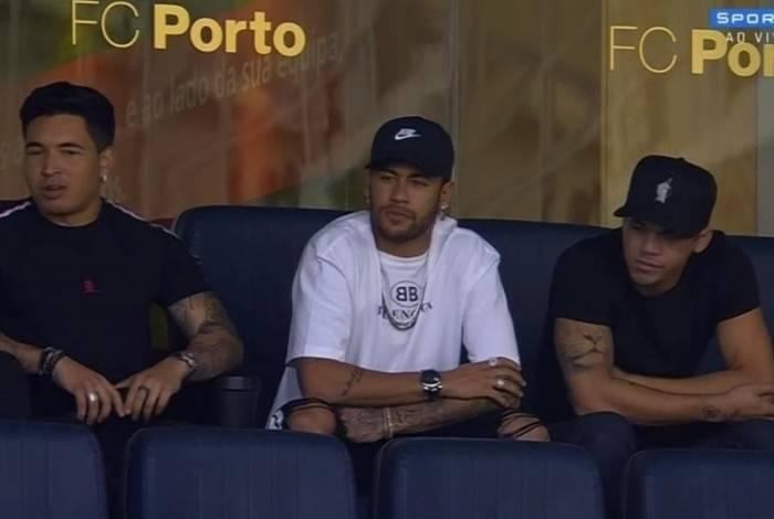 Neymar acompanha o duelo entre Brasil e Panamá