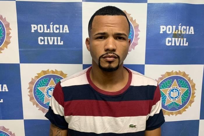 Tiago Cosme de Souza tem mandado de prisão pendente e passagem por comércio ilegal de armas e munições no Espírito Santo e foi encontrado na Penha, Zona Norte