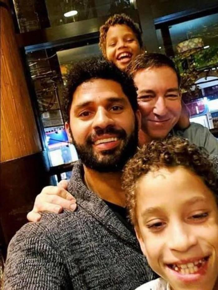 O deputado federal David Miranda (PSOL) e o jornalista Glenn Greenwald com os filhos João Victor e Jonathas