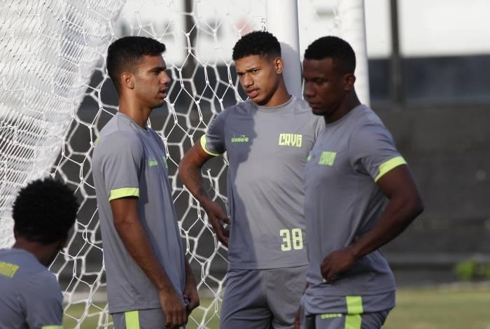 Marrony (C) conversa com Tiago Reis (E) durante treino do Vasco