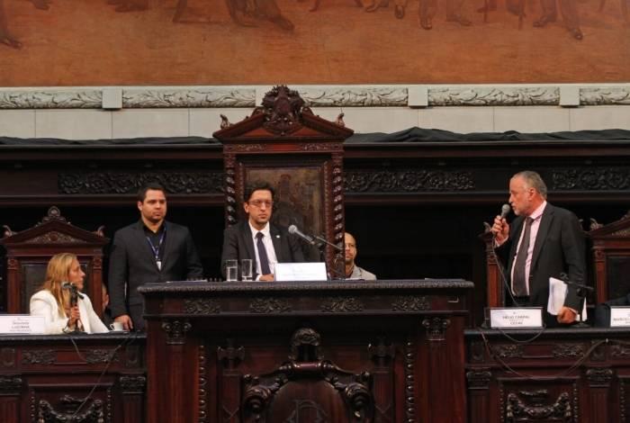 O presidente da Cedae, Helio Cabral (à direita), em audiência pública na Alerj nesta segunda-feira