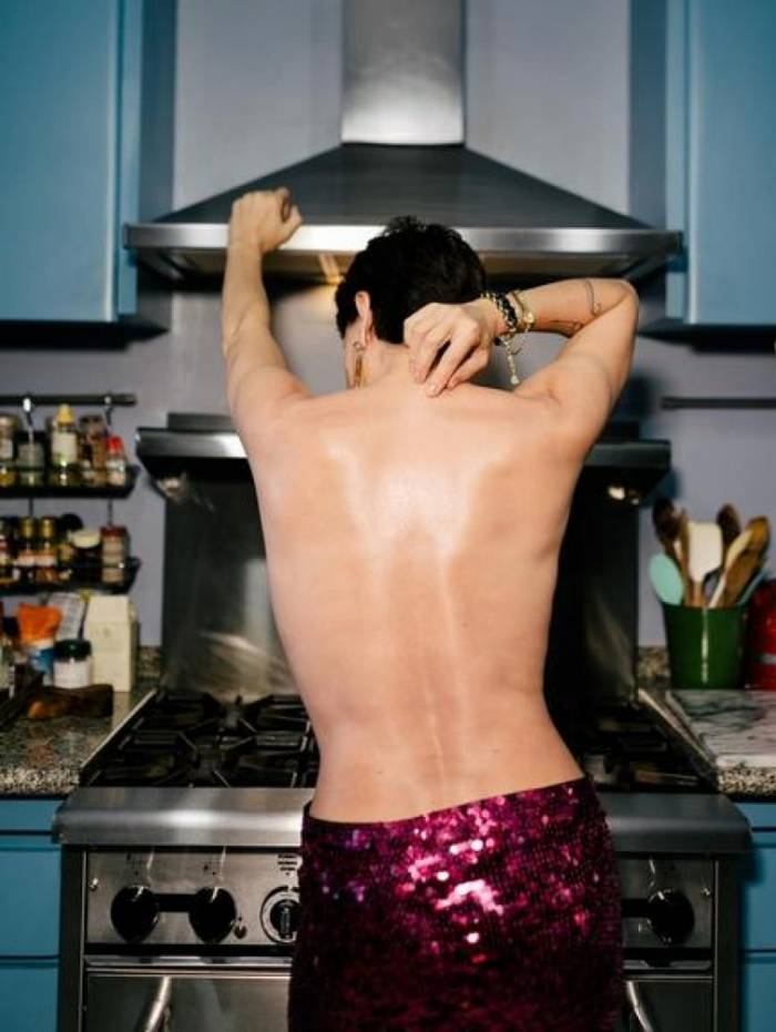 Carolina Ferraz faz topless e fãs ficam boquiabertos
