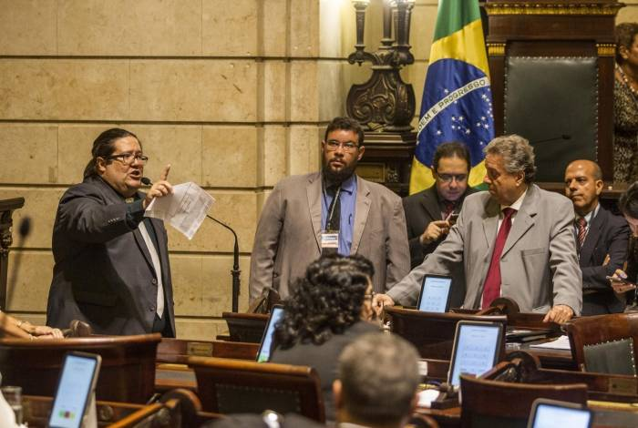 Parte da oposição também seguiu bancada. Os dois projetos de emenda não passaram por um voto