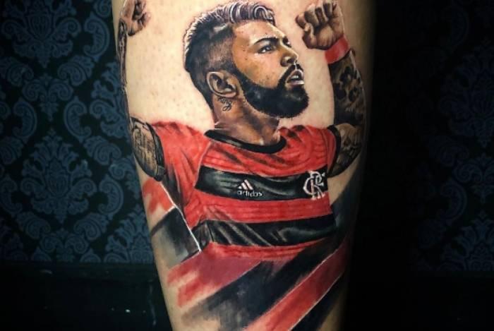 Torcedor escolheu imagem de Gabigol comemorando para tatuar