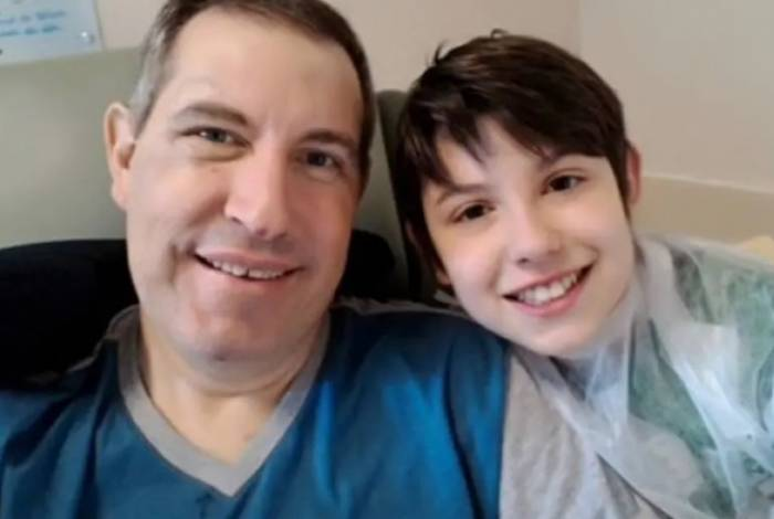 Henzel durante sua recuperação, ao lado do filho