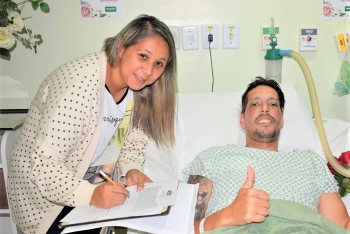 Luciana de Almeida Fukamati assina livro de cartório que registrou o casamento com Marcelo Glória Martins da Silva. Sonho realizado cinco dias antes da morte do paciente