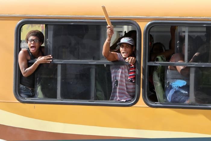 Pelo menos seis ônibus levaram moradores da Favela do Lixão para o enterro do traficante
