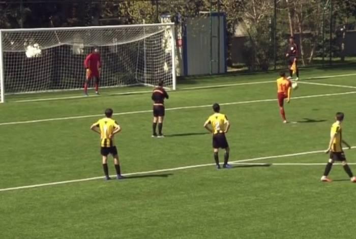 Beknaz Almazbekov, capitão do time sub-13 do Galatasaray, cobrou pênalti para fora por não concordar com a marcação