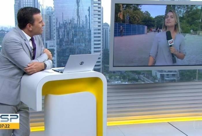 Rodrigo Bocardi pede para repórter cantar música de Sandy e Junior ao vivo