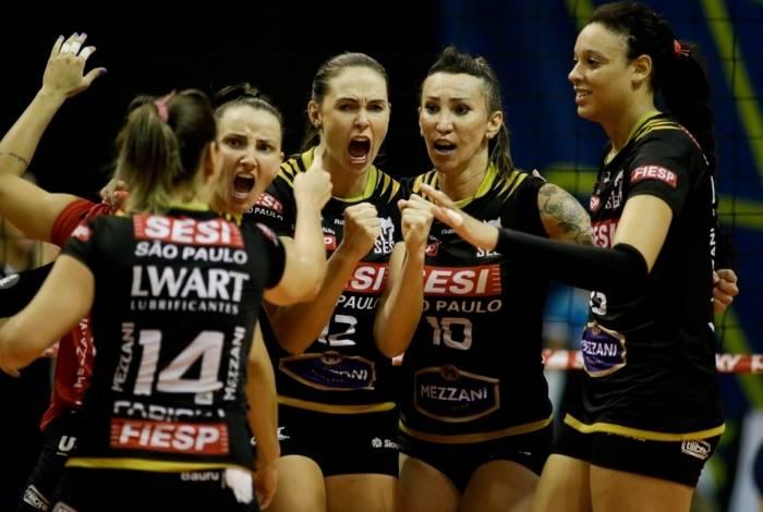 O time do Sesi Bauru festeja a inédita classificação às semifinais da Superliga