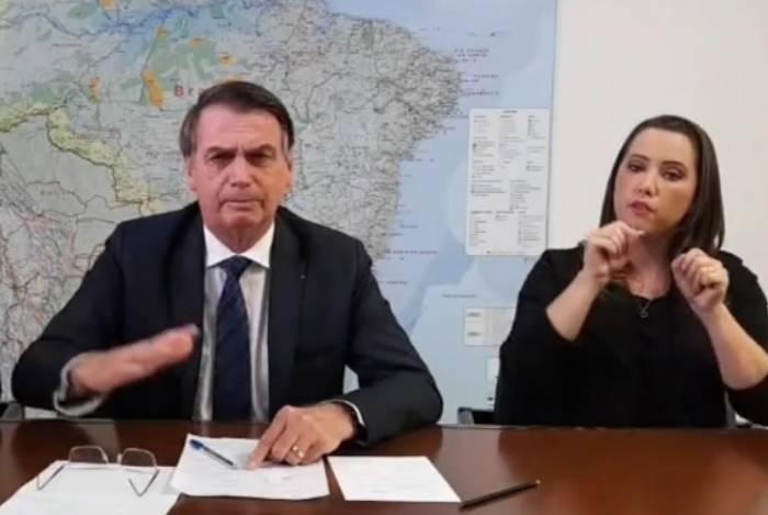 Presidente Jair Bolsonaro em 'live' em sua página no Facebook