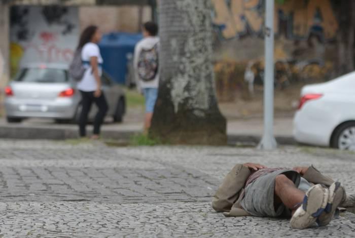 Moradores de rua, largados ao relento, passam fome, frio, pegam chuva, dormem em 'cama de pedra', e nada se faz