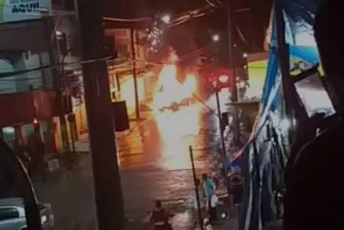 Carro de bandidos pegou fogo após bater em outro veículo em Comendador Soares
