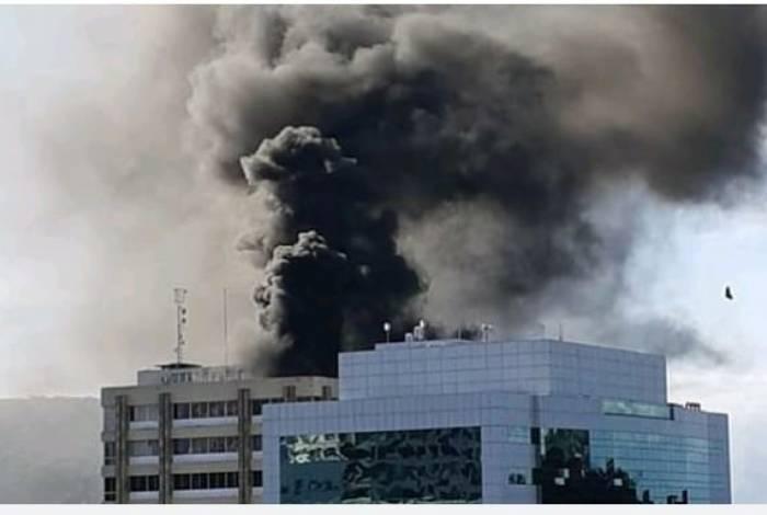 Um incêndio atingiu o prédio da Prefeitura de Niterói, na tarde de ontem. As chamas começaram no terraço e não houve vítimas