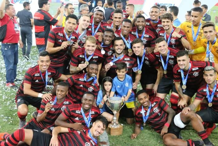 Vitor Gabriel (o primeiro em pé, da esquerda para a direita), e Bill (o primeiro sentado) são crias da Baixada Fluminense
