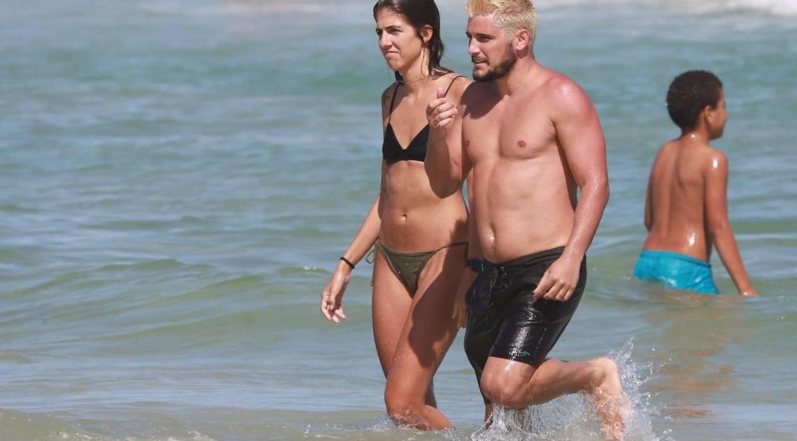 Bruno Gissoni no mar com uma amiga