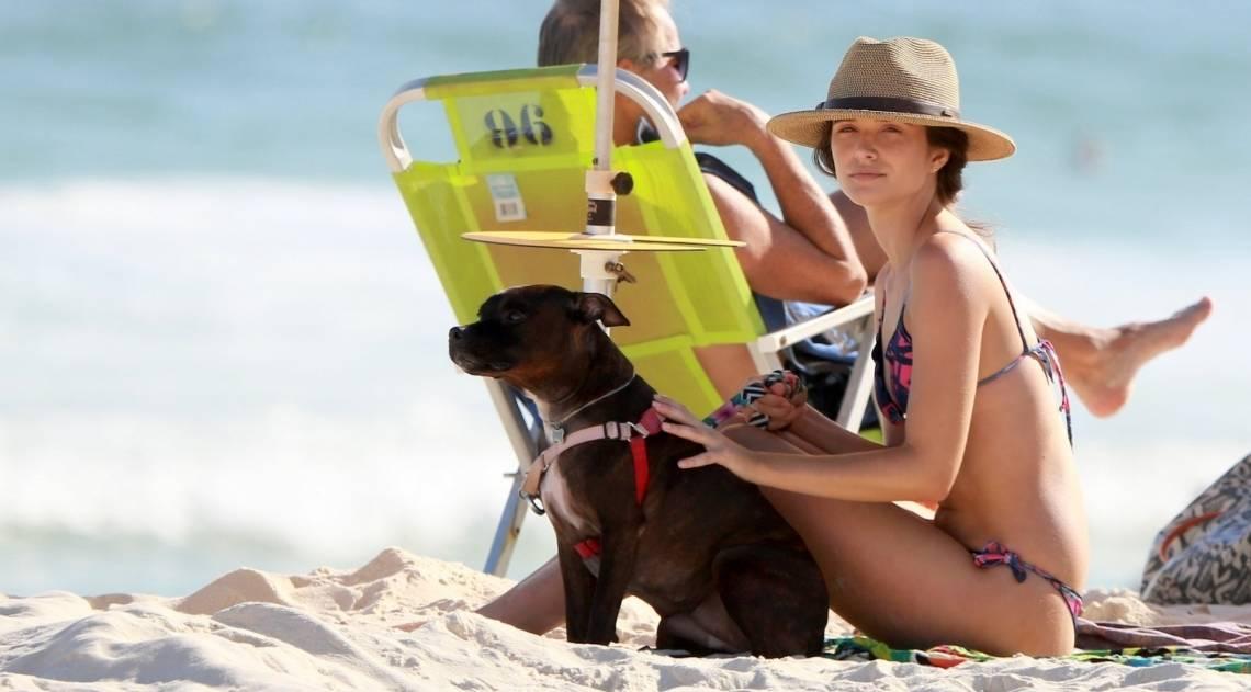 Juliana Paiva curte a tarde de domingo na Praia da Barra da Tijuca, na Zona Oeste do Rio, acompanhada por uma amiga e pelo cachorrinho de estimação