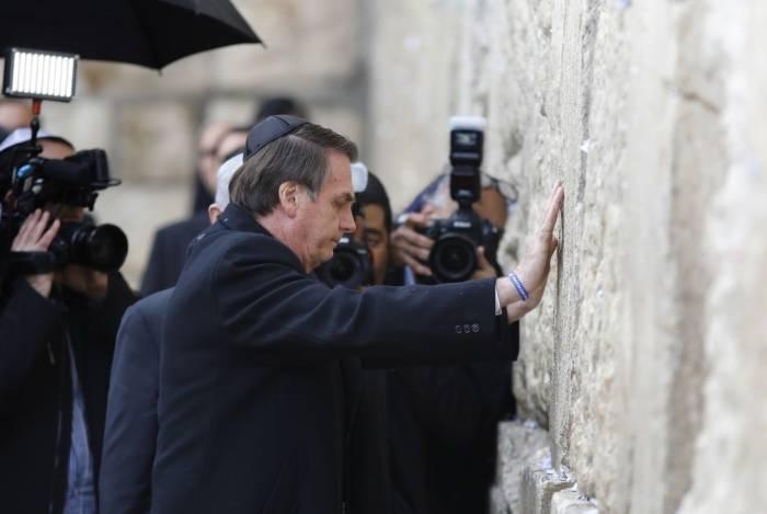 O presidente brasileiro, Jair Bolsonaro, e o primeiro-ministro israelense, Benjamin Netanyahu, tocam o Muro das Lamentações, local mais sagrado para os judeus