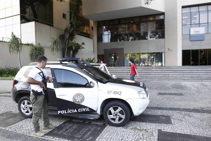 Policiais foram à agência assaltada, que fica num centro empresarial na Praia de Botafogo