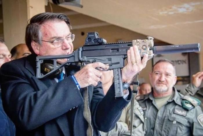 Bolsonaro posando com uma submetralhadora em Israel. Presidente sempre foi favorável à facilitação do acesso a armas de fogo