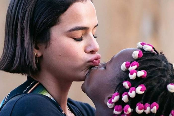 Bruna Marquezine com uma das crianças que conheceu na viagem