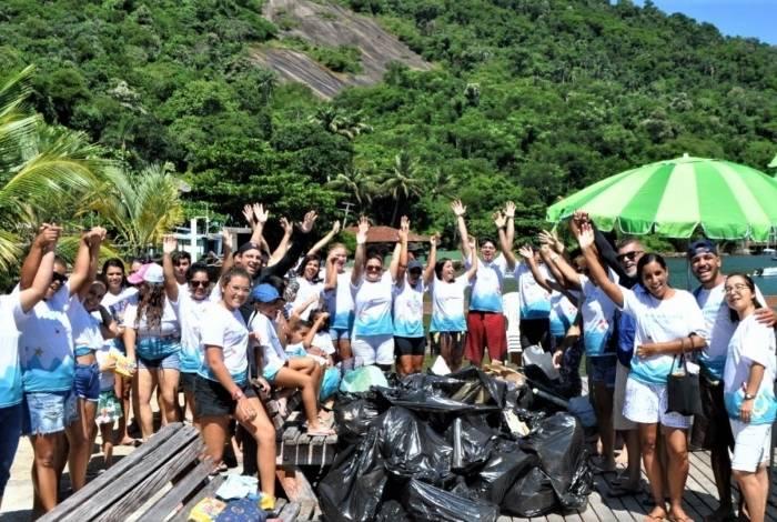 Mutirão de empresários e moradores recolheu mais de 100 sacos de lixo na Enseada de Bananal, na Ilha Grande