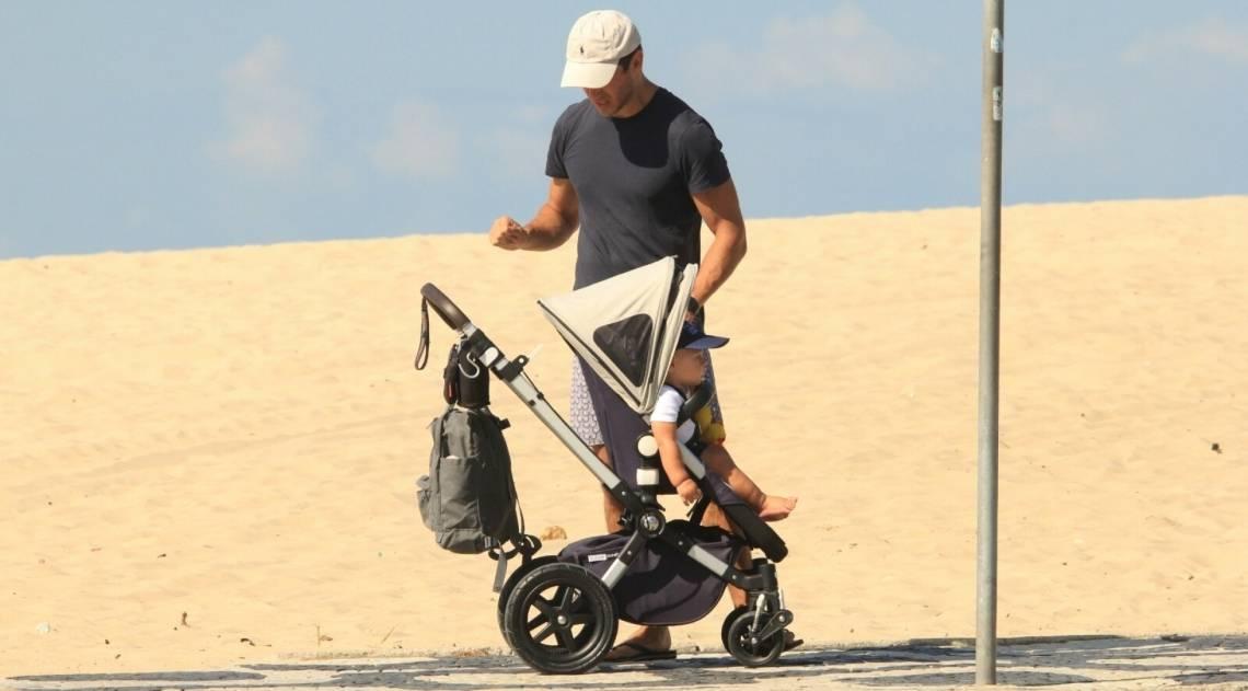 Paulo Rocha passeia com o filho no Leblon
