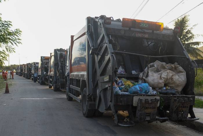 Cerca de cem caminhões ficaram enfileirados ontem em Santíssimo para descarregar detritos recolhidos